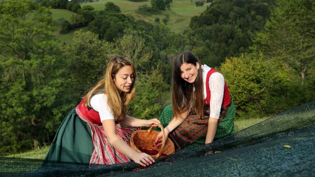 Dirndlkönigin Sandra Schweiger und Prinzessin Veronika Harm