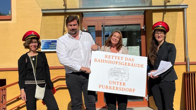 440_0008_8101957_pur24pur_bahnhofsfrauen_uebergabe.jpg