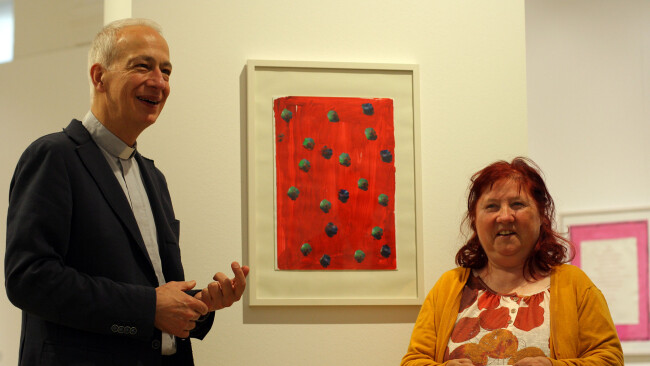 Künstlerin Maria Sturmlehner mit Caritas-Präsident Michael Landau