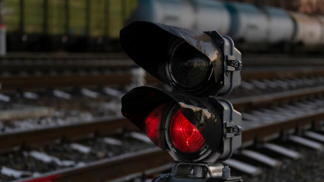 Bahn Zug Schiene Gleise Symbolbild