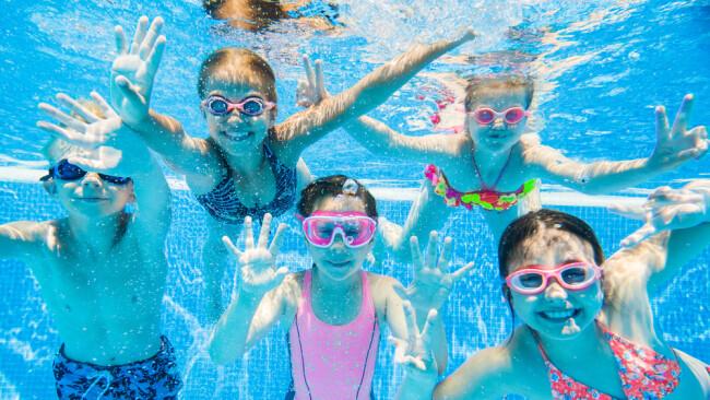 Kinder in Pool Symbolbild