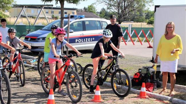 Volksschuldirektorin Ruth Amon und Polizist Hannes Kornfehl.