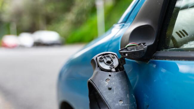 Vandalismus kaputter Autospiegel Rückspiegel Symbolbild