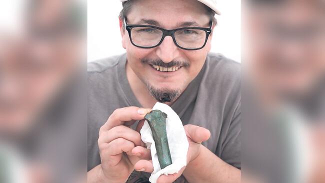 """Ein Bronzebeil fand der Heimatforscher Nikolaus """"Niki"""" Lackner in einem Weingarten in Hollenburg."""
