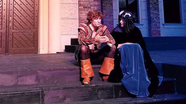 Stürmisch: Angelo Konzett (D'Artagnan) und Glena Weber (Constance) in Mödling.