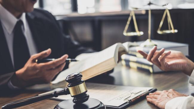 Anwalt Beratung Rechtsanwalt Verhandlung Symbolbild