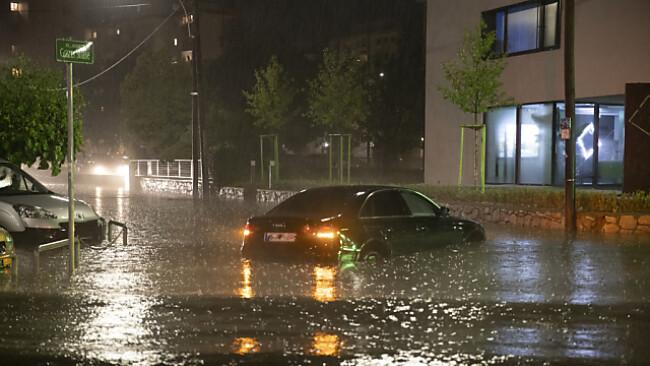Ein Fahrzeug auf einer überfluteten Kreuzung
