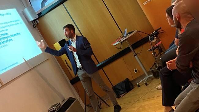 Mobilitätsexperte Harald Frey von der TU Wien bei der Präsentation des Fragebogens.