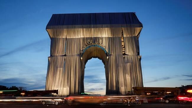 Wie ein monumentales Geschenk: Der verhüllte Triumphbogen in Paris