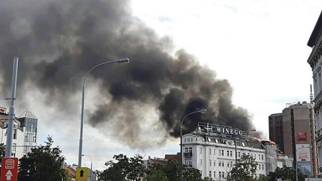 In Wien-Mariahilf brennt das Dachgeschoß eines Hauses