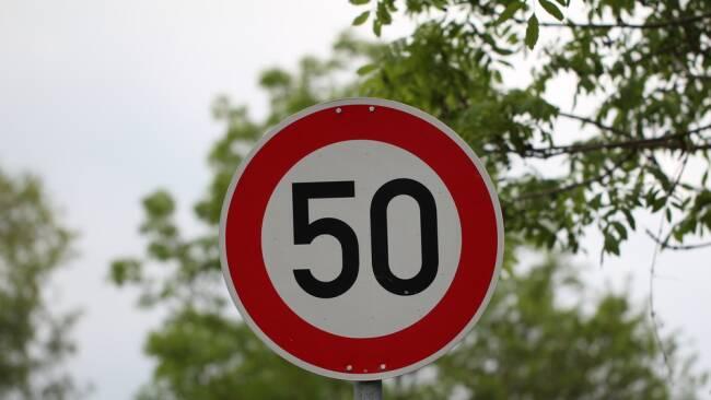 Tempolimit 50er Geschwindigkeit Symbolbild