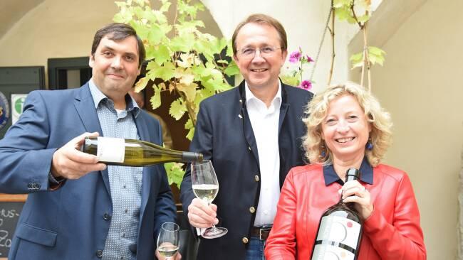 Winzer Rudi Hofmann, Bürgermeister Mag. Matthias und Bundesrätin Eva Prischl