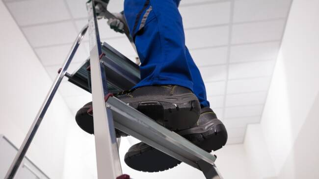 Stehleiter Leiter Handwerker Arbeit Heimwerken Symbolbild