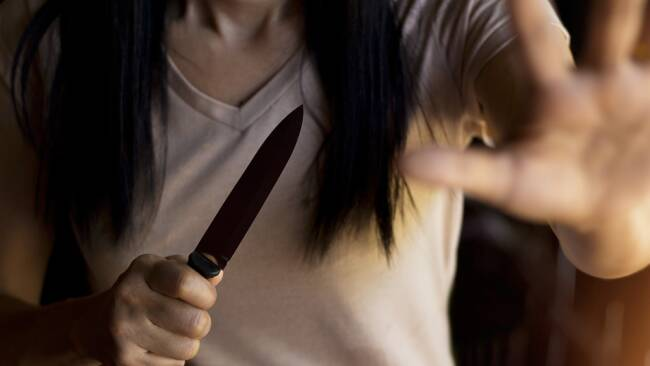 Messer Frau Messerattacke Symbolbild