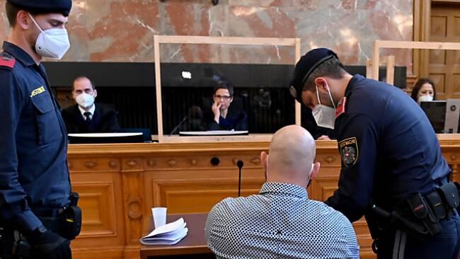 Der Angeklagte ist mehrfach vorbestraft