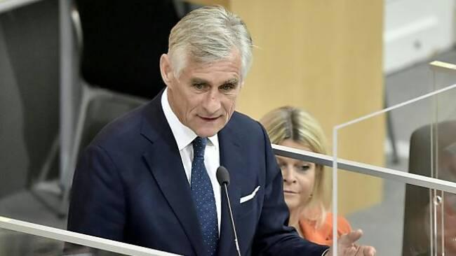 Neuer Außenminister Linhart bei Antrittsrede im Parlament