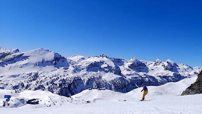 Skifahrer und Snowboarder machen gern Winterurlaub in Österreich