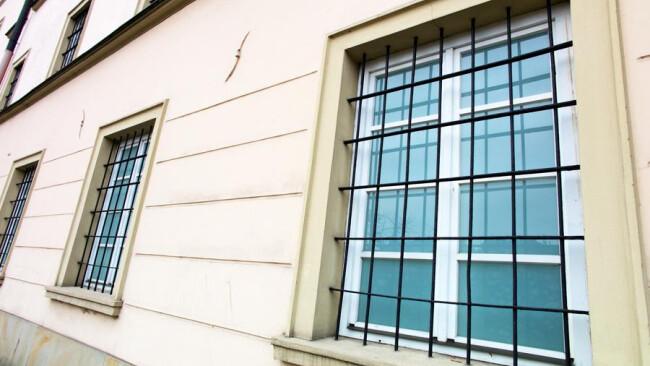 Vergitterte Fenster Vergitterte Fenster in einem Gebäude. Symbolbild für Haft, Gefängnis und Kriminalität