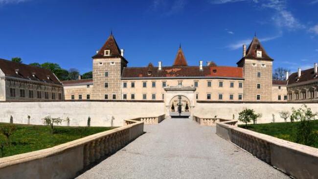 Das Schloss Walpersdorf hat sich im vergangenen Jahr zu einem beliebten und gut besuchten Ausflugsziel entwickelt. Außerdem dient es als Veranstaltungsort für Hochzeiten und Feiern sowie als Fotolocation. Es verfügt über ein Restaurant, den »Lederlei