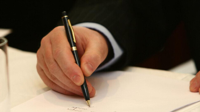 Unterschrift Urkunde Vertrag